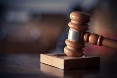 Hammare i en rättssal arkivbilder