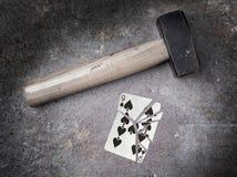 Hammare med ett brutet kort, nio av spadar Arkivfoton
