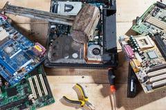 Hammare mot elektroniska delar för dator Royaltyfria Foton