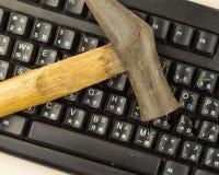 Hammare på det skadade datortangentbordet Arkivfoto