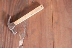 Hammare på det wood brädet Royaltyfri Foto