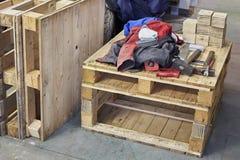 Hammare, pojkehjälpmedel och funktionsduglig torkduk på träpaletten Trä texturera Arkivbilder