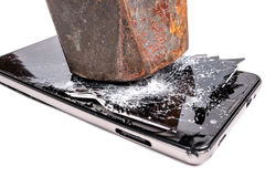 Hammaren bryter en smartphone Arkivbild