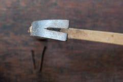 Hammaren med spikar på det wood brädet Royaltyfri Foto