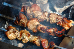 Hammelfleischkebab vorbereitet auf Kohlen Stockbilder