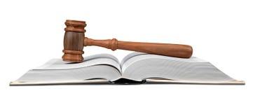 Hammer über dem geöffneten Gesetzbuch stockfotos