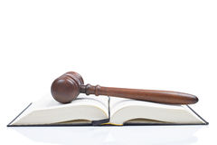 Hammer über dem geöffneten Gesetzbuch Stockbilder