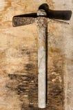 Hammer alt und rostig über altem Holztisch stockfotos