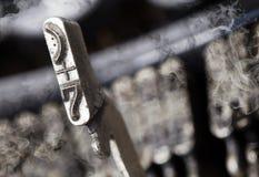7 Hammer - alte manuelle Schreibmaschine - Geheimnisrauch Stockfotografie