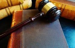 Hammer auf alten Gesetzbüchern Lizenzfreies Stockfoto