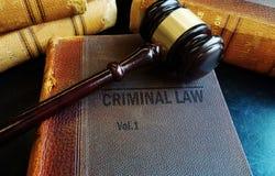 Hammer auf alten Strafrechtbüchern Lizenzfreie Stockfotografie