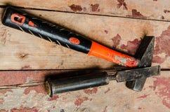 Hammer auf dem alten Bretterboden Stockbild