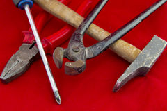 Hammer auf dem Fenster Lizenzfreie Stockfotos