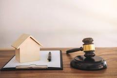 Hammer auf dem Klingen des Blockes am Gerichtssaal für entscheiden Hausversicherung, stockbild