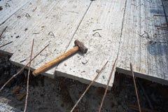 Hammer auf dem konkreten Boden Stockbilder