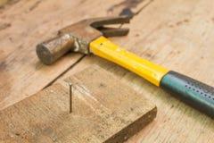 Hammer auf einem hölzernen Hintergrund Stockfotos