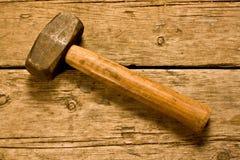 Hammer auf einem Werktisch Stockfoto