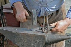 Hammer auf Eisen Stockfoto
