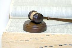 Hammer auf geöffnetem Gesetzbuch Lizenzfreie Stockbilder