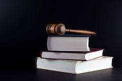Hammer auf Gesetzestexten Lizenzfreie Stockfotos