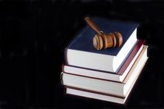 Hammer auf Gesetzestexten Lizenzfreie Stockbilder