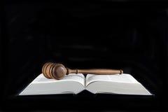 Hammer auf Gesetzestexten Stockbilder