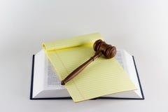 Hammer auf Gesetzestexten Lizenzfreies Stockfoto