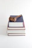 Hammer auf Gesetzestexten Stockbild