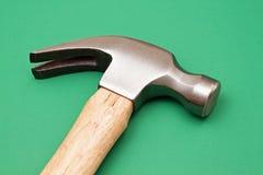 Hammer auf Grün Stockfoto