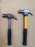 Hammer auf hölzernem Hintergrund Lizenzfreies Stockfoto