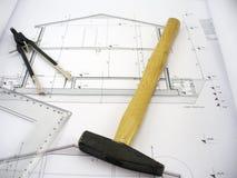 Hammer auf Hausplänen lizenzfreies stockfoto