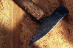 Hammer auf Holz Stockbild