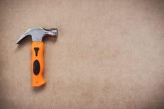 Hammer auf Holzfaserplattenhintergrund lizenzfreie stockfotografie