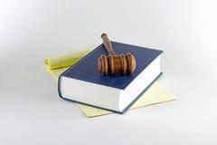 Hammer auf Kanzleibogenblock und Buch Stockbilder