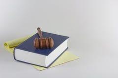 Hammer auf Kanzleibogenblock und Buch Lizenzfreies Stockfoto