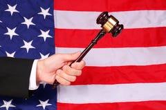 Hammer auf Richter überreichen amerikanische Flagge stockbilder