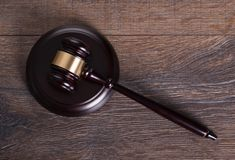 Hammer auf Richtertabelle Stockbild