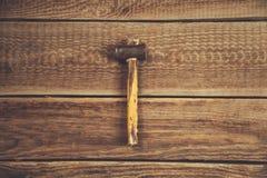 Hammer auf Tabelle stockbild