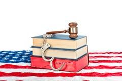 Hammer, Bücher und Handschellen ein Lizenzfreie Stockfotos