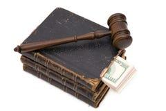 Hammer, Buch und Dollar stockbild