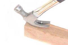 Hammer, der einen Nagel auszieht Stockfotografie