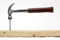 Hammer, der einen Nagel schlägt Lizenzfreie Stockfotografie