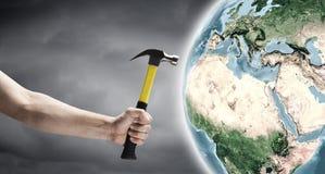 Hammer in der Hand lizenzfreie stockfotografie
