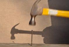 Hammer, der Nagel schlägt Lizenzfreies Stockbild