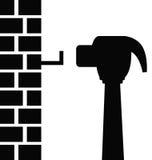 Hammer, der Nagel schlägt Lizenzfreie Stockbilder