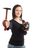 Hammer der piggy Querneigung der jungen Frau Stockfotografie