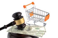 Hammer des Richters, des Handwagens und des Geldes lokalisiert auf Weiß Lizenzfreie Stockfotografie