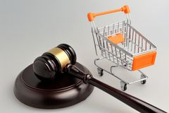 Hammer des Richters und des Handwagens auf Grau Lizenzfreies Stockbild