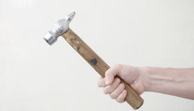 Hammer in einer Mann ` s Hand stockfotos