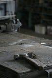 Hammer in einer Werkbank Stockfotos